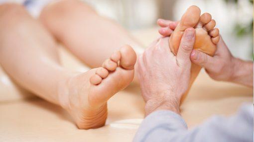 الام أسفل القدم: الأسباب والعلاجات!