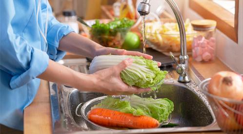 هل تقوم بغسل الفواكه والخضراوات بالشكل الصحيح؟