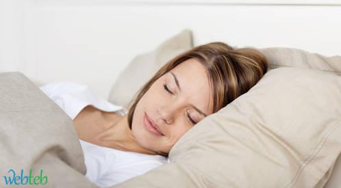 دراسة: قلة النوم تصيبك بنزلة البرد