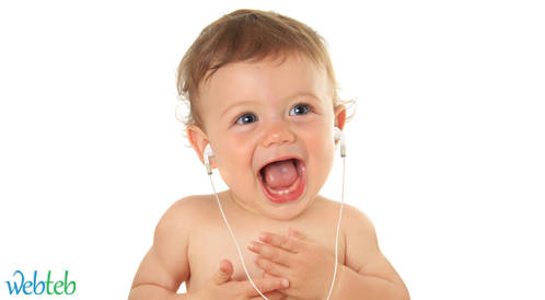 دراسة: لإبقاء طفلك هادئاً غني له بدلا من التكلم معه