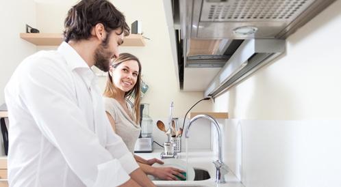 تقسيم الاعمال المنزلية بين الزوجين يحسن العلاقة الجنسية بينهما