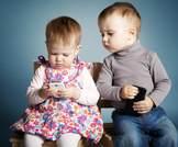 يجب منع الأطفال حتى سن الثانية من مشاهدة التلفاز واللعب بالهواتف