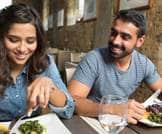 دراسة: الرجال يتناولون كمية أكبر من الطعام لإثارة اعجاب النساء