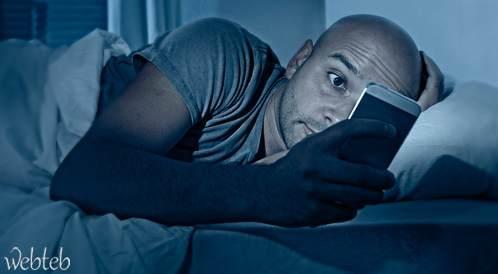استخدام الهواتف الذكية بعين واحدة ليلاً يؤدي إلى العمى المؤقت