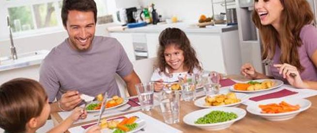 تناول العشاء في الثانية عصراً قد يقلل من وزنك!