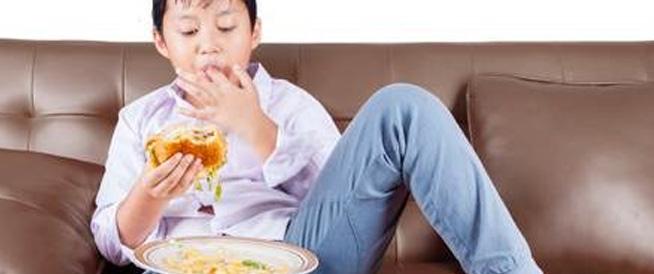 ما هي مخاطر تناول الطعام أثناء مشاهدة التلفاز؟