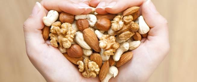 حفنة من المكسرات يومياً قد تقلل من خطر الإصابة بأمراض القلب والسرطان