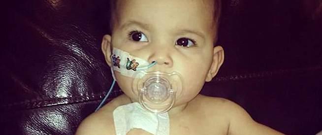 صورة تكشف إصابة طفلة بسرطان في العين!