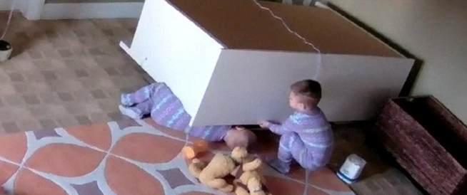 بالفيديو- طفل ينقذ أخاه بعد سقوط خزانة عليه!