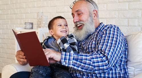 مجالسة الأجداد للأحفاد قد تطيل عمرهم