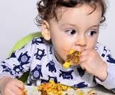 لعب الطفل بالطعام يشجعه على تناوله