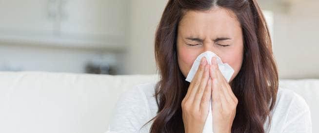إن ناقل العدوى الحقيقي هو فيروس ينتقل خلال الهواء ، ويمكنك الإصابة به حينما  يقوم شخص مصاب بالبرد بالسعال أو العطس أو التمخط طارداً الفيروس ليتطاير  أمامك .