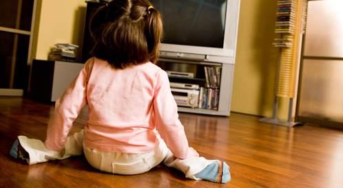 جلوس الطفل هكذا أمام التلفاز خطر؟