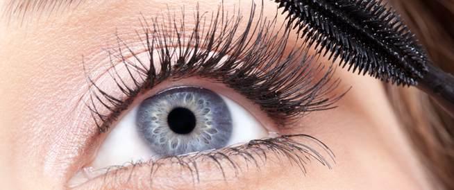 مكياج العيون: متى يصبح خطراً؟
