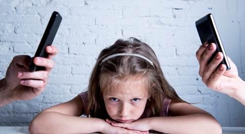 احذر من استخدام هاتفك الذكي أثناء تواجدك مع طفلك