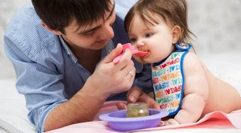 إطعام الرضيع بالملعقة قد يسبب له السمنة