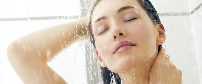 الاستحمام بالماء الساخن والبارد معاً يحسن صحتك