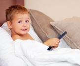 لا تضع التلفاز في غرفة نوم طفلك، والسبب؟