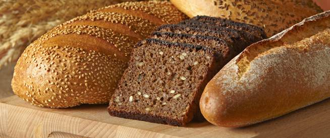هل الخبز الأسود صحي أكثر من الأبيض؟ ليس بالضرورة