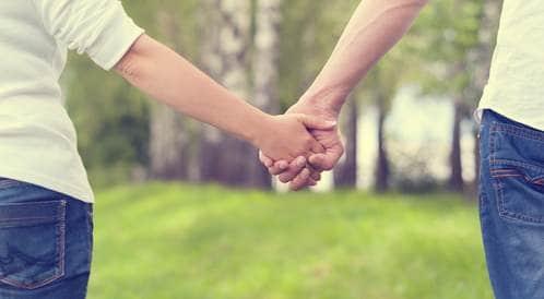 امسك يد زوجتك للتخفيف من الألم الذي تشعر به