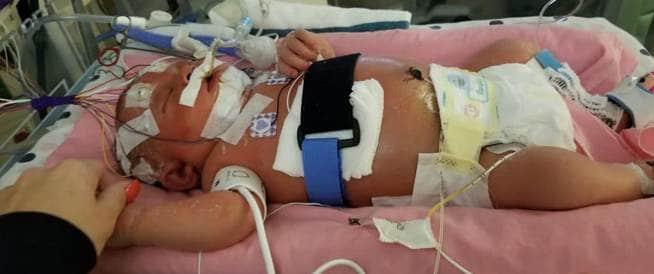 وفاة طفلة بعد أسبوعين من ولادتها بسبب قبلة!