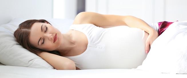 دراسة تكشف الوضعية الأفضل لنوم الحامل