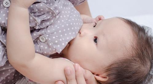 فوائد حليب الثدي في حبة دواء