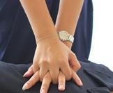تردد المسعف في لمس صدرها يهدد حياتها؟
