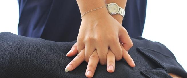 هل يقلل تردد المسعف في لمس صدر المرأة من فرص إنقاذها؟