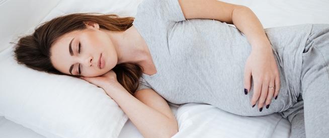 نوم الحامل على ظهرها يهدد حياة الجنين