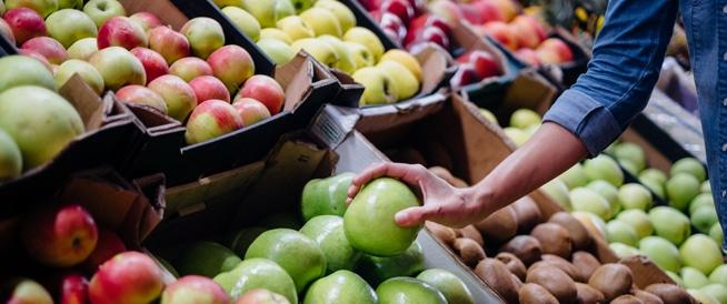 تناول الطماطم والتفاح قد يصلح ضرر التدخين