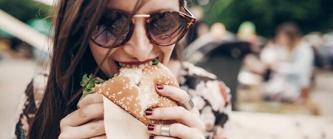 تناول الطعام بيدك يزيد من لذته