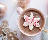تناول كوب من الشوكولاتة الساخنة