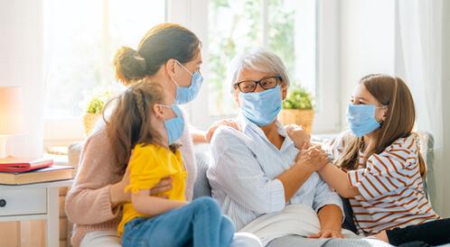 اللقاحات تحمي متلقيها وعائلته من كورونا