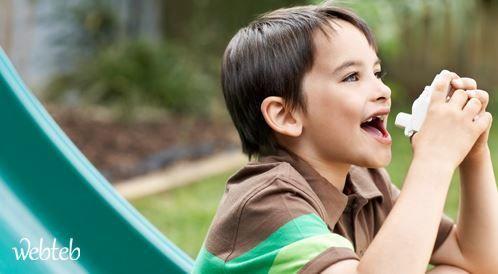 ما هو تأثير منشاق كورتيكوستيرويدي المستخدم لعلاج الربو على الأطفال؟