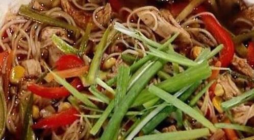 وصفة لتحضير شوربة نودلز بالدجاج والخضروات  بطريقة صحية
