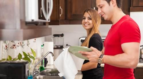 كيف تقنعين زوجك على مساعدتك في المنزل؟