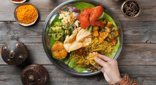 5 فوائد لتناول الطعام باليدين