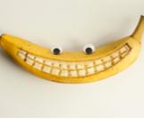 قشر الموز لتبييض الأسنان بالصور