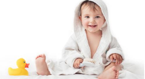 طريقة تحميم الطفل الرضيع الصحيحة بالصور
