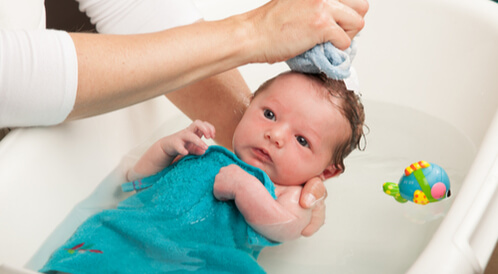 أدوات تحميم الطفل الرضيع الصحيحة بالصور