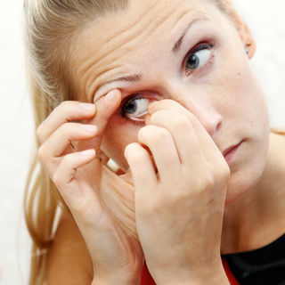 المعتقد الثاني: العدسات اللاصقة قد تعلق خلف العين