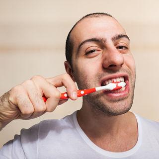 تنظيف الاسنان مرتين كل يوم: