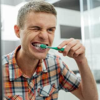 فرك الأسنان بطريقة خاطئة