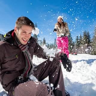 اللعب بالثلج