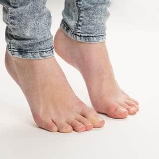 أصابع القدم بلون أحمر، أبيض أو أزرق