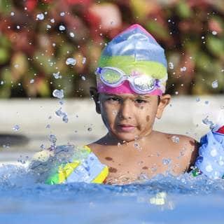 الحماية من الغرق عند السباحة