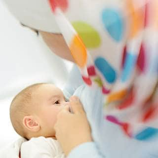 كيف أعرف أن طفلي يشرب الحليب حقاً ولا يقوم بمصّ الثدي فقط