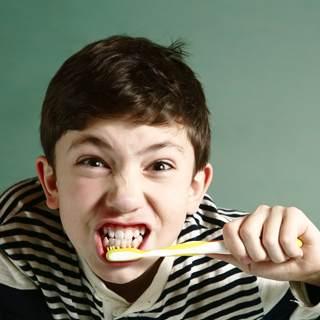 فرك الأسنان بقوة