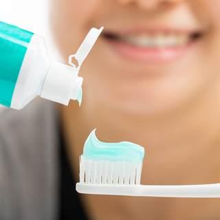 طريقة تنظيف الأسنان بالفرشاة والمعجون